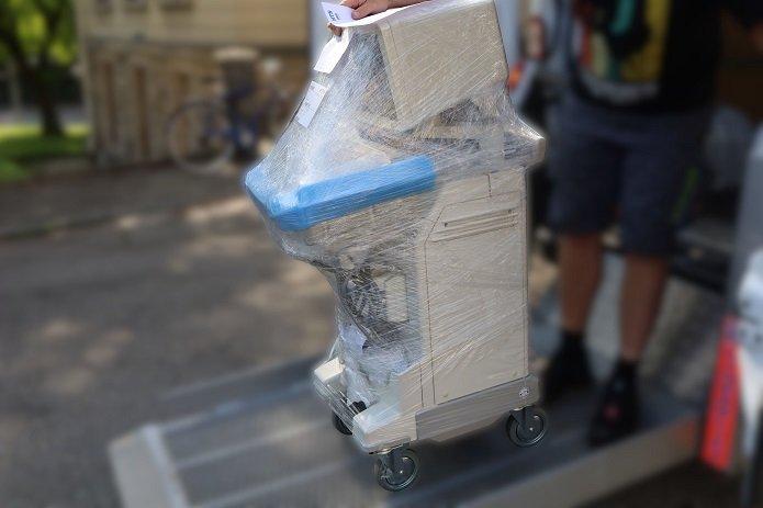 Ein gebrauchtes Ultraschallgerät beim Transport